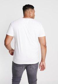 GANT - THE ORIGINAL SLIM V NECK  - T-shirt med print - white - 2