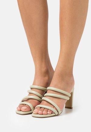CHERIE - Pantofle na podpatku - khaki