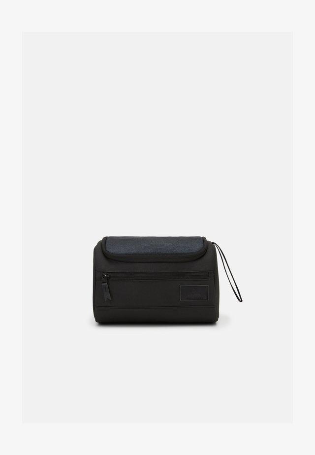 CAPSULE  - Wash bag - black