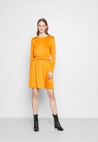 Vila - VITINNY WAIST DETAIL DRESS CAMP - Vestito estivo - pumpkin spice - 0