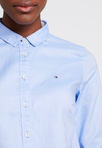 Tommy Hilfiger - HERITAGE REGULAR FIT - Koszula - skyway - 5