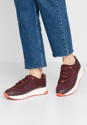 Trainers - burgundy