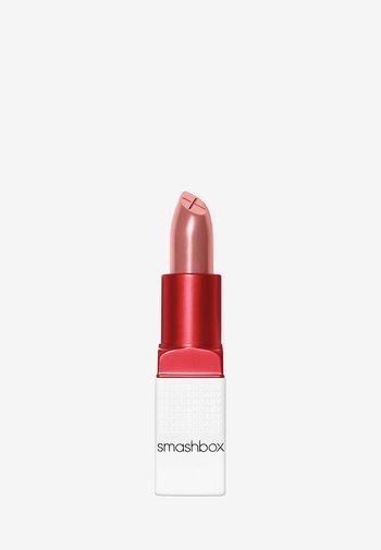 BE LEGENDARY PRIME & PLUSH LIPSTICK - Lipstick - 04 nude rose