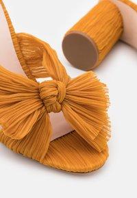Loeffler Randall - PENNY - Pantofle na podpatku - marigold - 5