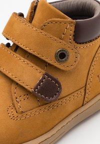 Kickers - TACKEASY - Baby shoes - camel marron - 5