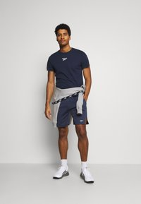 Reebok - TAPE TEE - T-shirt med print - dark blue - 1