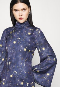 Never Fully Dressed - HIGH NECK MINI MOON AND STARS DRESS - Etui-jurk - navy multi - 4