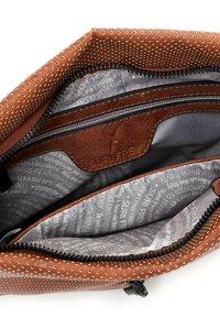 SURI FREY - CHELSY - Across body bag - cognac - 3