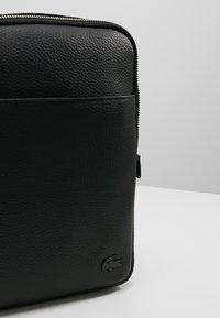 Lacoste - FLAT CROSSOVER BAG - Schoudertas - black - 7