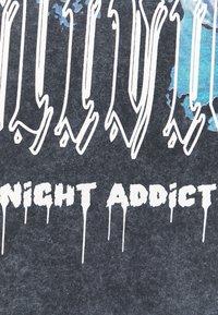 Night Addict - Print T-shirt - acid wash black - 2
