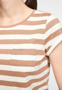 comma casual identity - MIT SCHMUCK-DETAIL - Print T-shirt - caramel stripes - 5