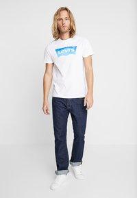 Levi's® - HOUSEMARK GRAPHIC TEE - Print T-shirt - white - 1