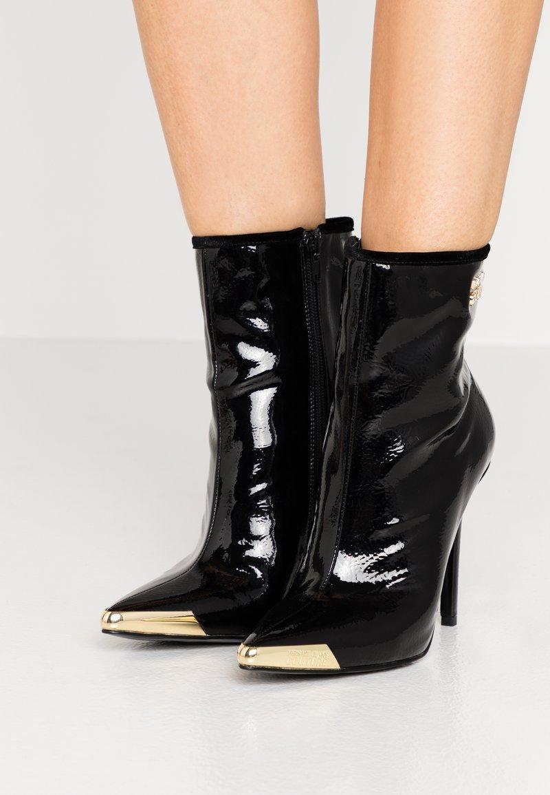 Versace Jeans Couture - HIGHT TOP STILETTO  - Botki na obcasie - nero