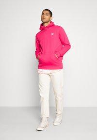 adidas Originals - ESSENTIAL HOODY UNISEX - Jersey con capucha - powpnk - 1