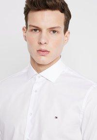 Tommy Hilfiger Tailored - POPLIN CLASSIC SLIM FIT - Kostymskjorta - white - 3