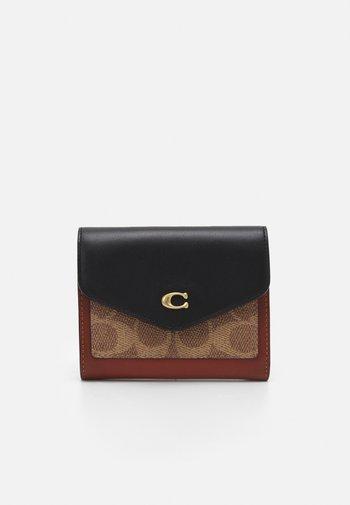 COLORBLOCK COATED SIGNATURE SMALL WALLET - Wallet - tan black