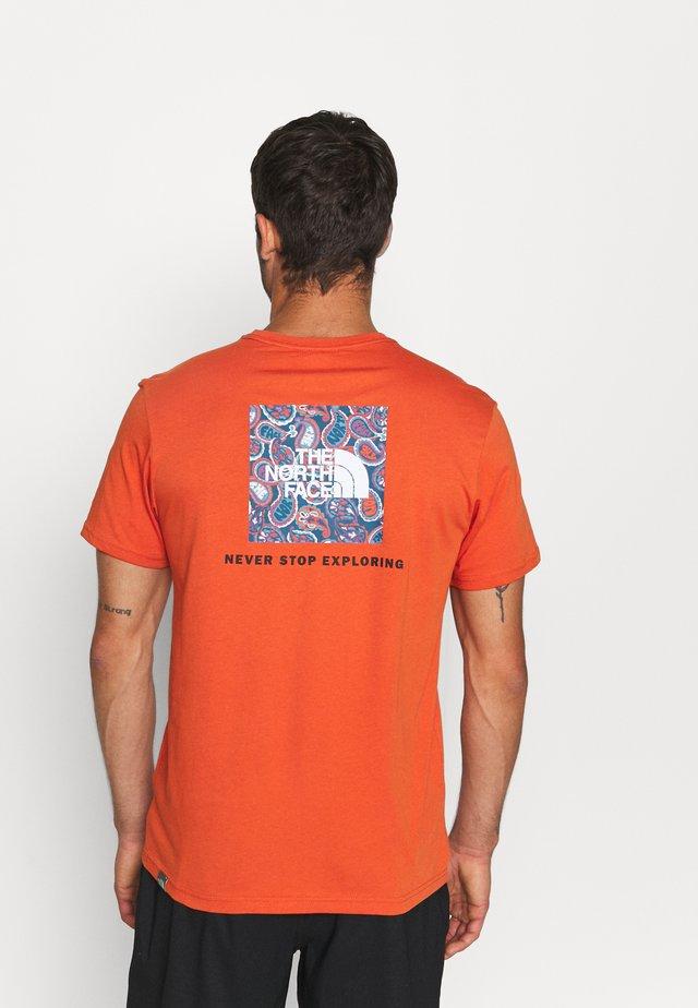 REDBOX TEE - T-shirt imprimé - burnt ochre/monterey blue ashbury