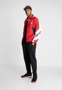 Mitchell & Ness - NBA CHICAGO BULLS MIDSEASON - Verryttelytakki - red - 1