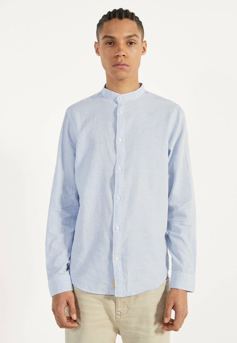 Bershka - MIT MAOKRAGEN 00913019 - Shirt - light blue