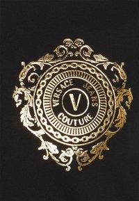 Versace Jeans Couture - T-shirt z nadrukiem - black / gold - 7