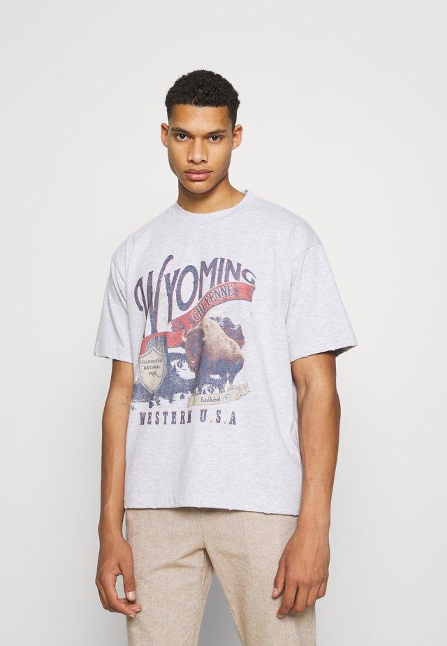 WYOMING - Print T-shirt - grey marl