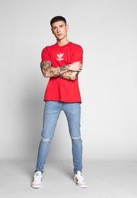 adidas Originals - ADICOLOR PREMIUM SHORT SLEEVE TEE - T-shirt imprimé - lusred - 1