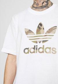 adidas Originals - CAMO INFILL TEE - T-shirt con stampa - white/wild pine - 5