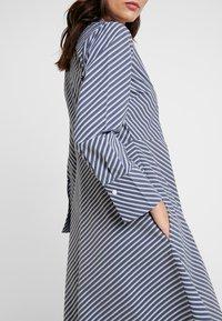 And Less - ALDEBRA DRESS - Denní šaty - blue nights - 4