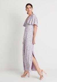 NA-KD - ZALANDO X NA-KD V NECK FLOWY DRESS - Ballkjole - lilac - 0