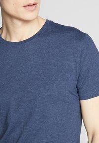 Pier One - 3 PACK - T-shirt basic - black/white/blue - 4