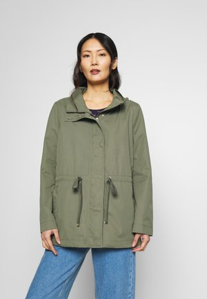 FEMININE SHORT PARKA - Parka - tree moss green