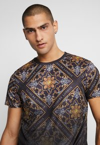 CLOSURE London - BAROQUE TILE PRINT FADE TEE - Print T-shirt - black - 3