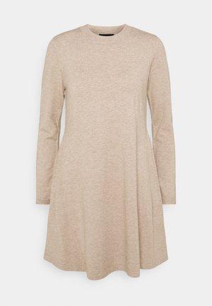 PCGILAYA O NECK DRESS - Strikket kjole - warm taupe