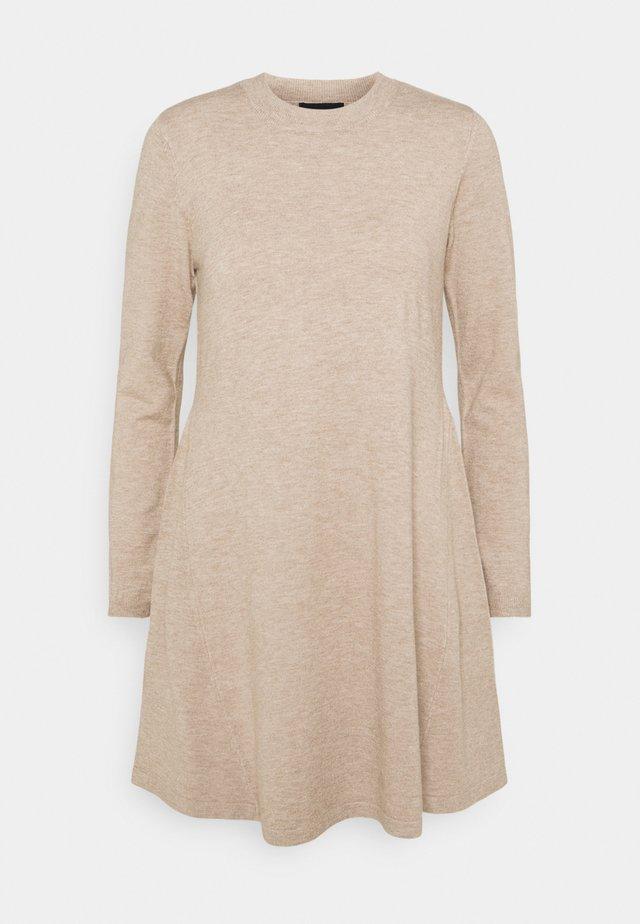 PCGILAYA O NECK DRESS - Vestido de punto - warm taupe