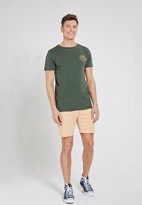 Shiwi - MEDELLIN - Print T-shirt - cilantro - 1