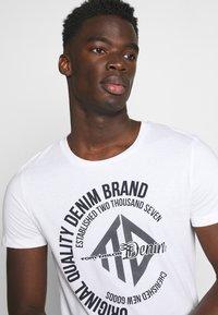 TOM TAILOR DENIM - WITH COINPRINT - T-shirt med print - white - 3