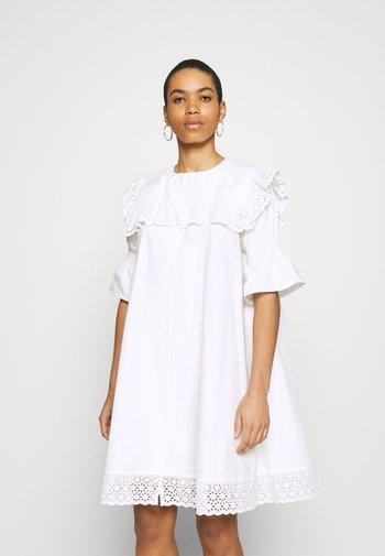 DREW DRESS - Denní šaty - white