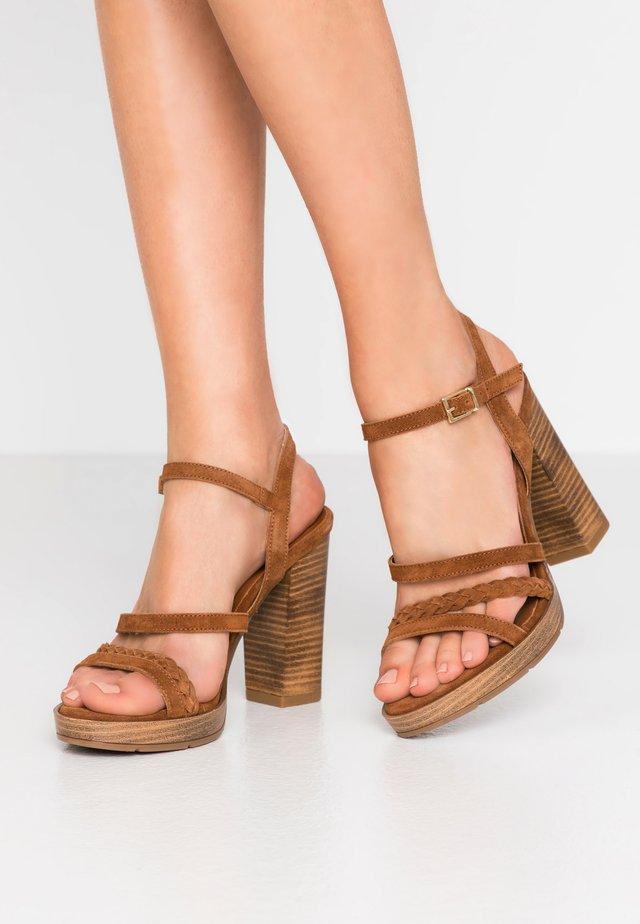 DEBAINA - Sandály na vysokém podpatku - camel