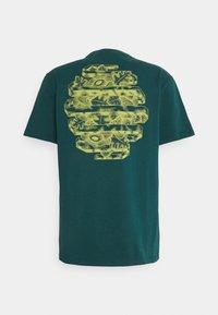 WAWWA - HARMONIA UNISEX - Camiseta estampada - jungle blue - 1
