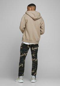 Jack & Jones - JJESOFT ZIP HOOD - Zip-up hoodie - beige - 2