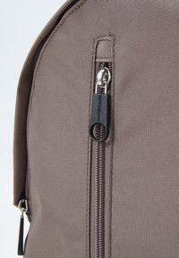 Calvin Klein Jeans - ROUND FRONT ZIP UNISEX - Rucksack - dusty brown - 4