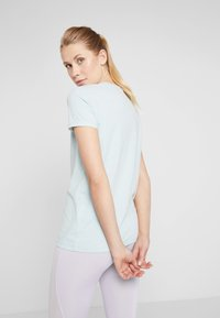 Under Armour - GRAPHIC SPORTSTYLE CLASSIC CREW - T-shirt imprimé - green light heather/onyx white - 2