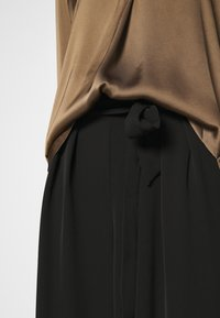 Anna Field - Wide cropped leg trousers with belt - Kalhoty - black - 5