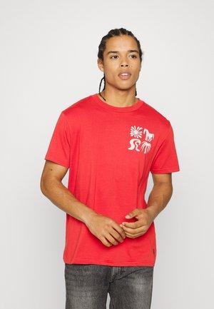 LANDS - Print T-shirt - crimson