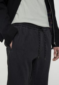 PULL&BEAR - MIT STRETCHBUND  - Jeans Tapered Fit - mottled dark grey - 3