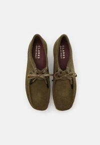 Clarks Originals - WALLABEE - Chaussures à lacets - khaki - 3