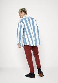 Levi's® - BARSTOW WESTERN UNISEX - Shirt - blue denim/white - 2