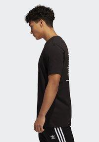 adidas Originals - RUN DMC PHOTO TEE - Print T-shirt - black/white/scarle - 2