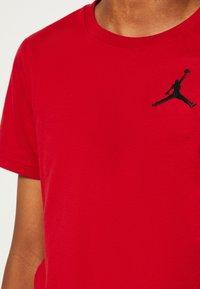 Jordan - JUMPMAN AIR - T-shirt con stampa - gym red - 6