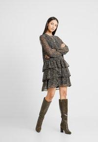Vero Moda Tall - VMLULU FLOUNCE SHORT DRESS - Sukienka letnia - black/lulu - 2